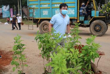 Dự án trồng cây cùng địa phương xã La Ngà